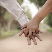 恋人と手をつなぐ